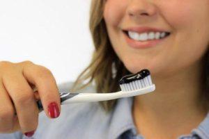 Hỗn hợp than hoạt tính và kem đánh răng tạo thành hỗn hợp dạng sệt
